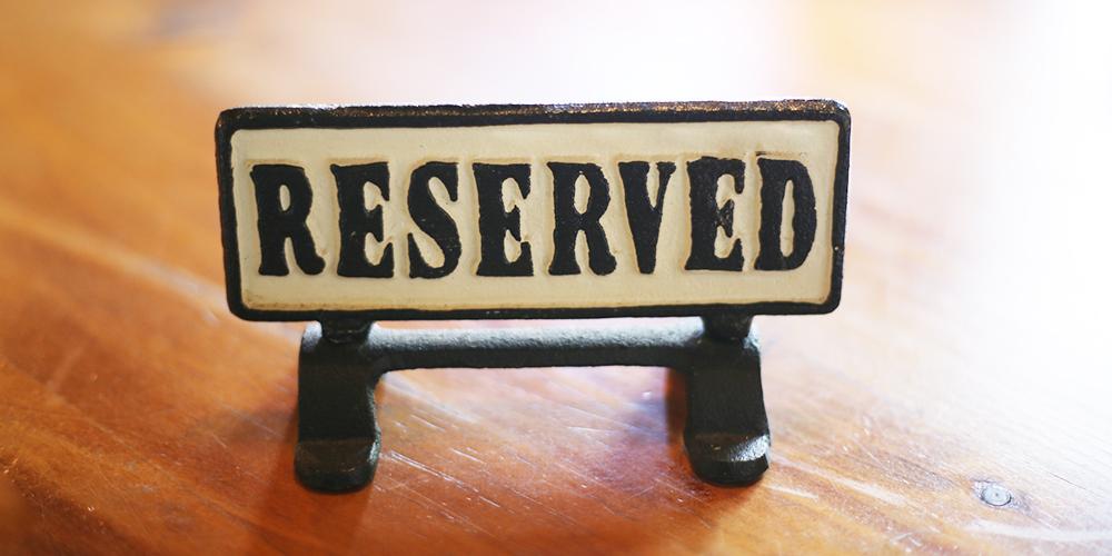 reservedと書かれた札の置かれた予約席