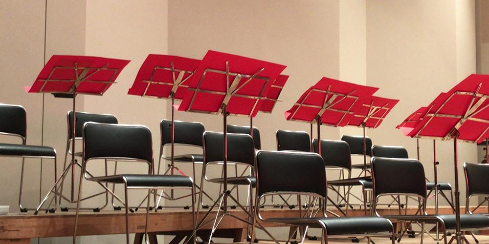 舞台上に並べられた椅子と譜面台