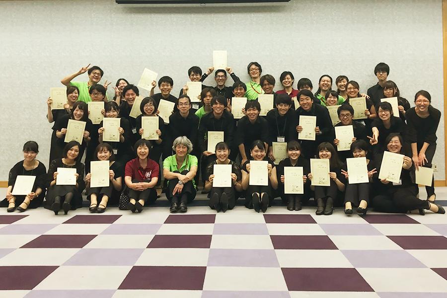 第2回ジャパン・スーパーユース・マンドリンオーケストラに参加した受講生と講師陣の集合写真