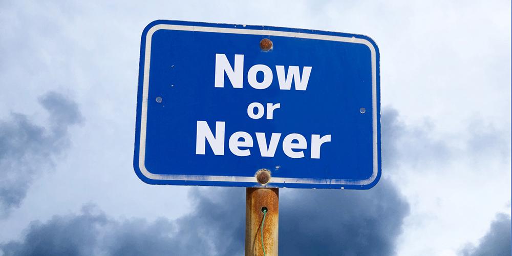 看板に書かれた「Now or Never」の文字